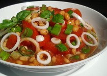 Rajčatový salát s fazolemi a cibulkou