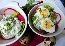 Ředkvičky se salátovými srdíčky se smetanovou zálivkou s koprem