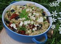 Salát z quinoy s olivami a sušenými rajčátky
