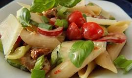 Těstovinový salát se sušenými rajčaty a zeleninou