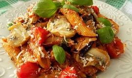 Těstoviny s lilkem, rajčaty a žampiony
