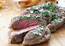 Striploin steak s pečenými steakovými hranolky