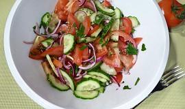 Snový okurkový salát s rajčaty