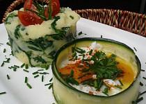Bramborová kaše s rukolou a vejce v cuketové misce