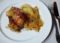 Kuřecí stehna na zelí s bramborami a slaninou