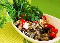 Míchaný salát s masem a ořechy