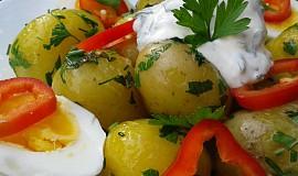 Nové brambory s bylinkami, smetanou a vejci