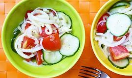 Rajčatový salát s okurkou a paprikou