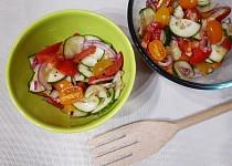 Šestibarevný okurkový salát