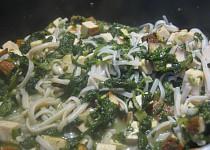 Tofu s listovým špenátem a rýžovými nudlemi