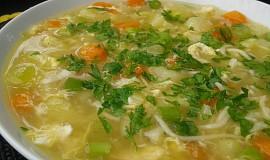 Cuketová polévka s vejcem a nudlemi
