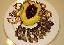 Kuřecí ledvinky s parmezánovou kaší a brusinkami