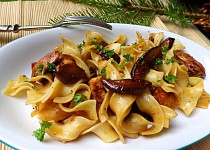 Nudle s kuřetem a lesními houbami