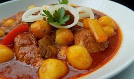 Vepřový guláš s gnocchi - aneb jídlo z jednoho hrnce