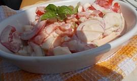 Letní rajčatový salát s okurkou a ředkvičkami