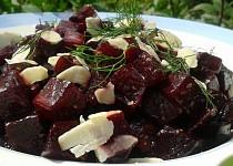 Salát z pečené červené řepy s mandlemi