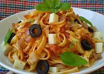 Těstoviny s rajčaty a mozzarellou