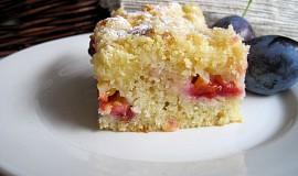 Tvarohovo-jablkový koláč se švestkami