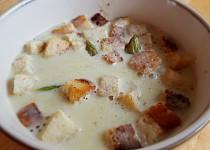 Chřestová polévka s krutonky a muškátovým oříškem