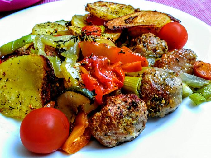 Kuřecí kuličky na zelenině, zapečené s plátky brambor