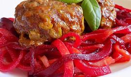Masovo-tvarůžkový karbanátek se zeleninovými špagetami