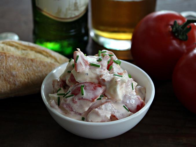 Rajčatový salát pochoutkový, Bez cibule a přidán kousek sýra brie, podáváno jako tapas
