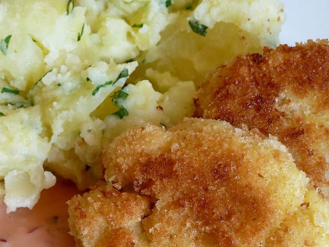 Smažené květákové řízečky, bylinkové brambory s máslem a pikantní omáčka