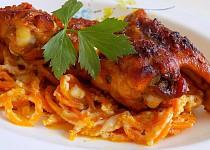 Pikantní kuřecí křídla s mrkvovými špagetami a brynzou