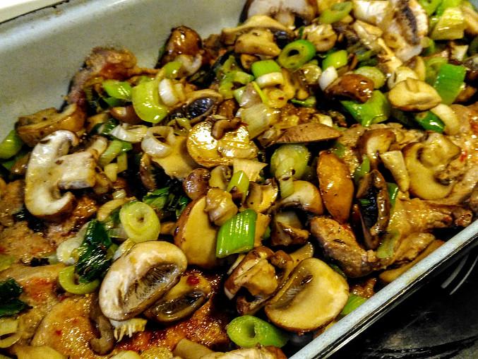 Krkovice na houbách se šťouchaným cuketovým bramborem