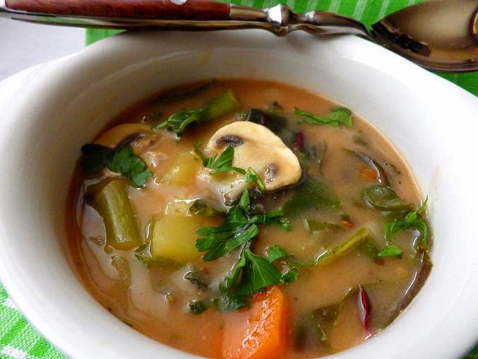 Mangoldová polévka se žampiony a bramborem