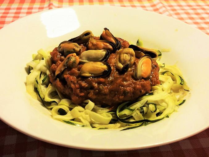 Slávky na cuketovo-rajčatové omáčce, cuketové špagety s balzamikem