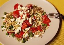 Špagety s tuňákem, hráškem a čerstvou rajčatovou salsou