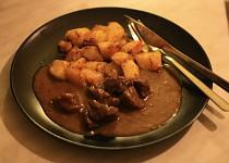 Divoký guláš s pečenými brambory