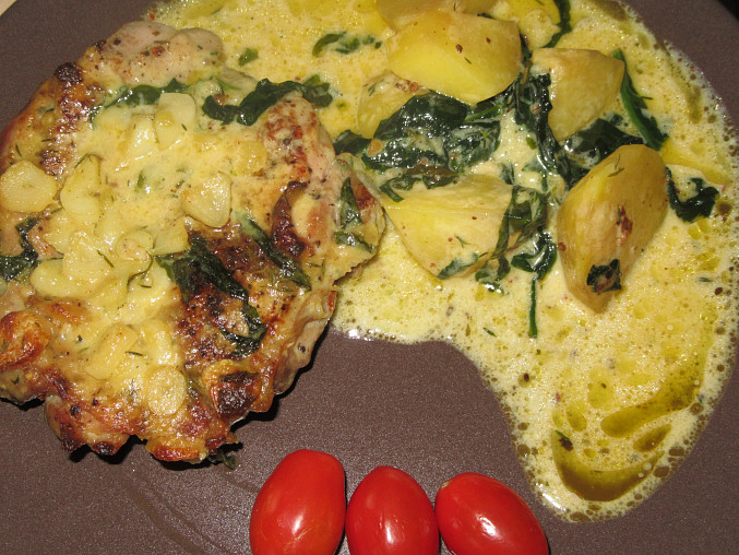 Kuřecí ve smetanové omáčce s česnekem a parmazánem, pečené s brambory a špenátem