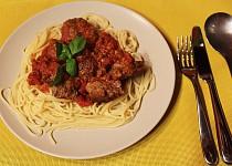 Masové placičky se sýrem, rajčaty a špagetami