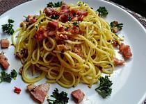 Ostré špagety s česnekem, chilli papričkou, petrželkou a slaninou