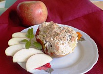 Pečená jablka s ostružinovým džemem a vločkovou drobenkou