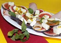 Salát z čerstvých fíků s ovčím sýrem
