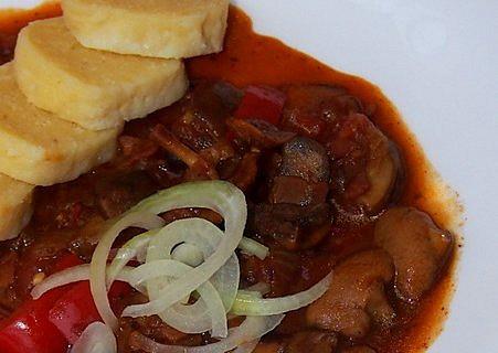 Houbový guláš s paprikou a rajčetem