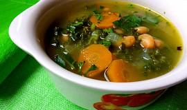 Polévka z kadeřávku s fazolemi