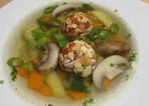 Zeleninová polévka se šunkovo-mandlovými knedlíčky