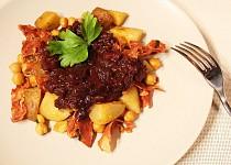 Červené brambory s chorizem ve stylu patatas bravas