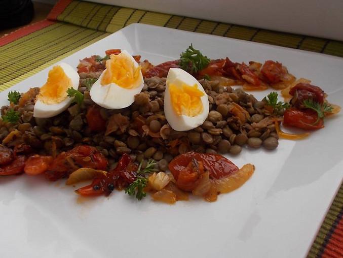 Čočka s vejci a zeleninou