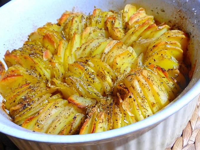 Křupavý bramborový koláč s cibulí a rozmarýnem