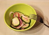 Okurkový salát s koprem a cibulí