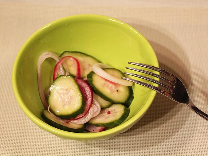 Okurkový salát s koprem a cibulí, Okurkový salát s koprem a cibulí