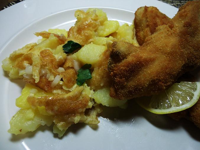 Teplý bramborový salát s vaječným svítkem