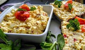 Vaječná pomazánka ze sýrem, lučinou a klobásou