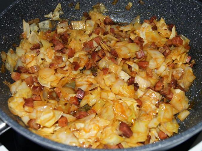Osmažená cibulka se slaninou, zelím a karamelem.