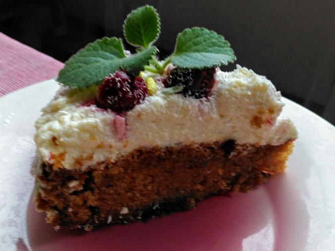 Čajový dort s tvarohovým krémem a višněmi